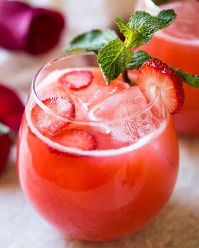 καλοκαιρινή διατροφή φρέσκος χυμός λεμονάδας με φράουλα